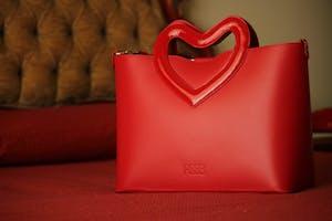 Rebb LOVE 2020, borsa media a tracolla o a mano in pelle rossa con manico a cuore